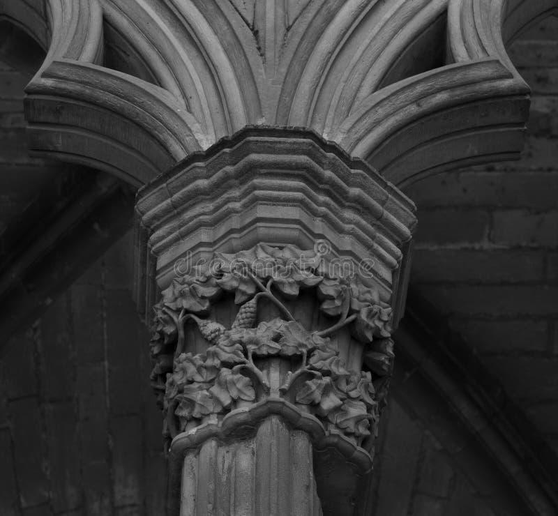 Capital floral sur le cloître image stock