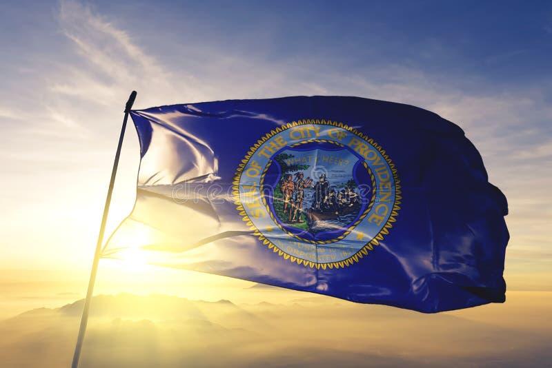 Capitale della città di provvidenza del Rhode Island del tessuto del panno del tessuto della bandiera degli Stati Uniti che ondeg illustrazione vettoriale