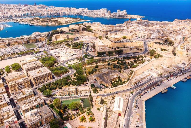 Capitale di La Valletta di Malta Porto di panorama e mare blu Vista superiore aerea fotografia stock libera da diritti