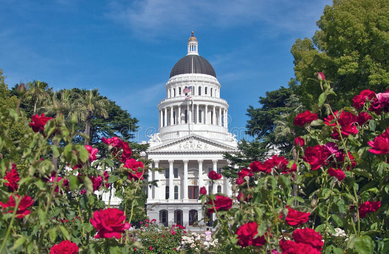 Capitol d'état de la Californie avec la roseraie photo libre de droits