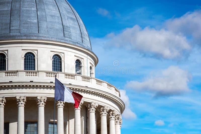 Capitol de Panthéon de Paris avec le drapeau français images stock
