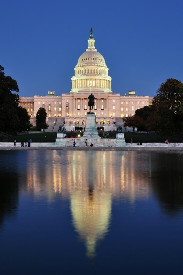 Capitol des Etats-Unis avec le regroupement se reflétant photographie stock