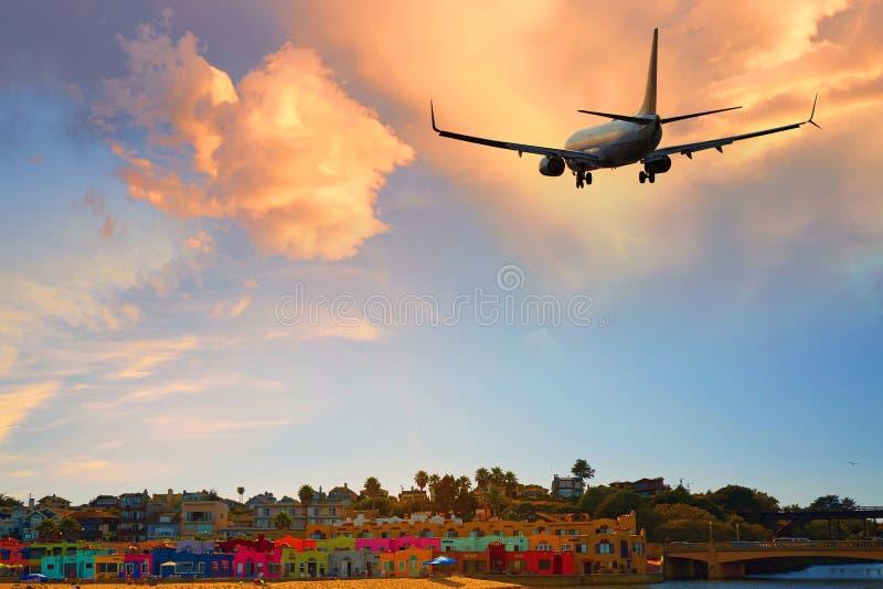 Capitola de llegada del avión de pasajeros del avión de pasajeros o de salida plano, Santa Cruz imagen de archivo libre de regalías