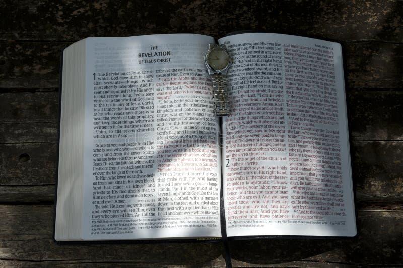 Capitoli 1 e 2: la Bibbia aperta nella rivelazione di Gesù Cristo con il sole splendente nei testi fotografie stock