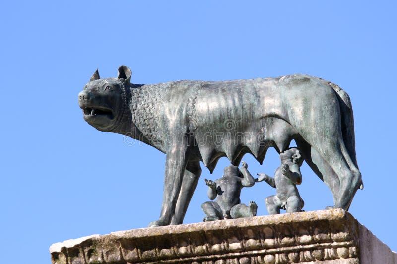 CAPITOLINE狼完善的雕象与孪生罗慕洛和REM的 库存照片