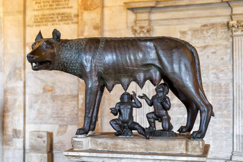 Capitoline狼的古铜色雕象在罗马 免版税库存照片