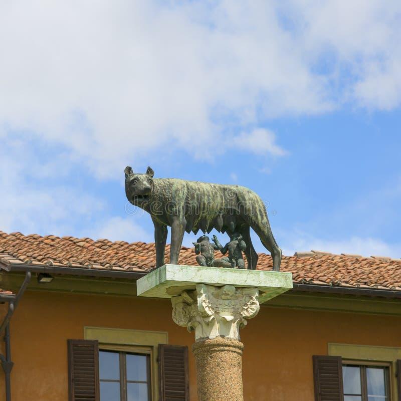 Capitoline狼,在主教座堂广场,比萨,意大利的雕塑 免版税图库摄影