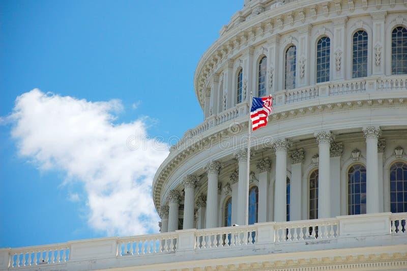 Capitolio de los E.E.U.U. en detalle del Washington DC con el indicador imagen de archivo