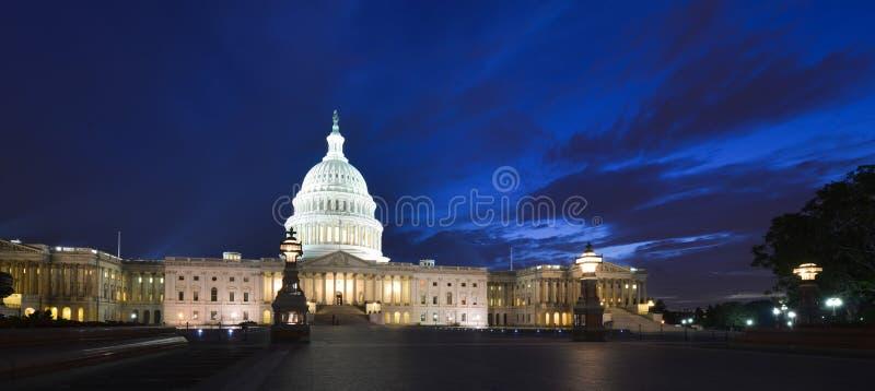 Capitolio de los E.E.U.U. que construye la fachada del este en la noche - lavado foto de archivo libre de regalías