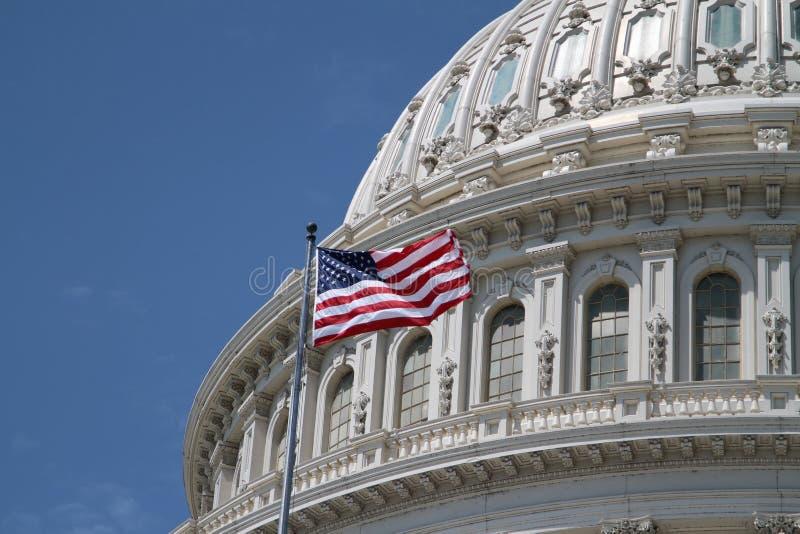 Capitolio de los E.E.U.U. y bandera americana imagen de archivo