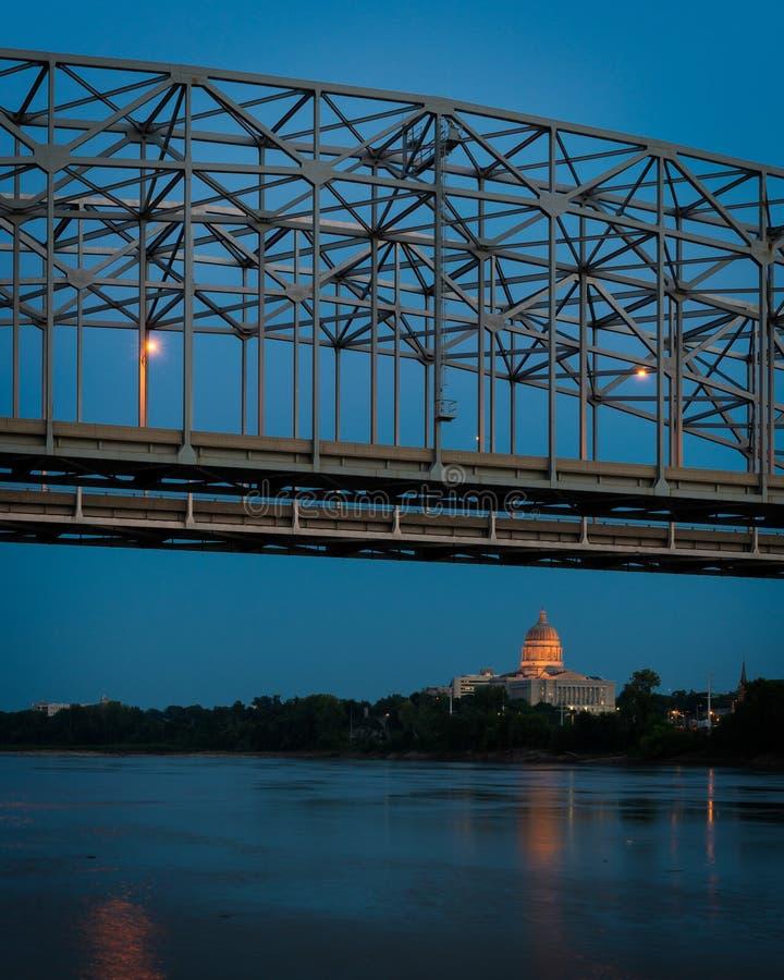 Capitolio del estado de Missouri debajo del puente imágenes de archivo libres de regalías