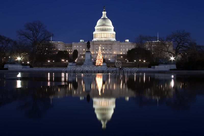 Capitolio en la noche con la reflexión fotos de archivo