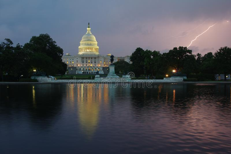 Capitolio en la noche - Washington DC los Estados Unidos de América de Estados Unidos fotos de archivo