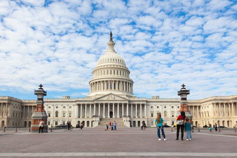 Capitolio los E.E.U.U. que construye en el día Turistas de la gente en fondo del frente del este en el día blanco fotografía de archivo