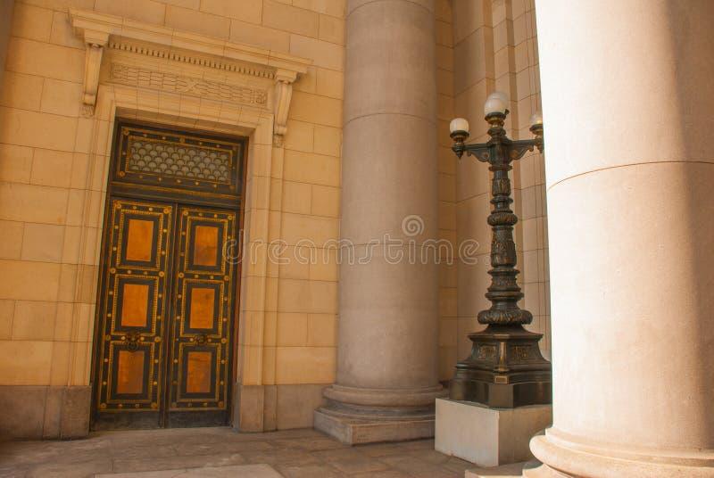 Capitolio Nacional, El Capitolio En enorm guld- dörr med basreliefer och en lykta havana cuba arkivbild