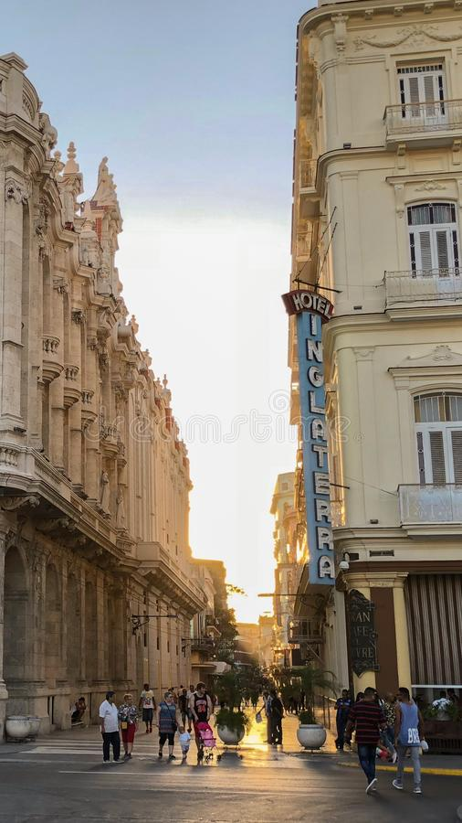 Capitolium El Capitolio,哈瓦那,古巴,减速火箭的汽车w的看法 库存照片