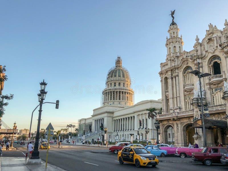 Capitolium El Capitolio,哈瓦那,古巴,减速火箭的汽车w的看法 免版税图库摄影