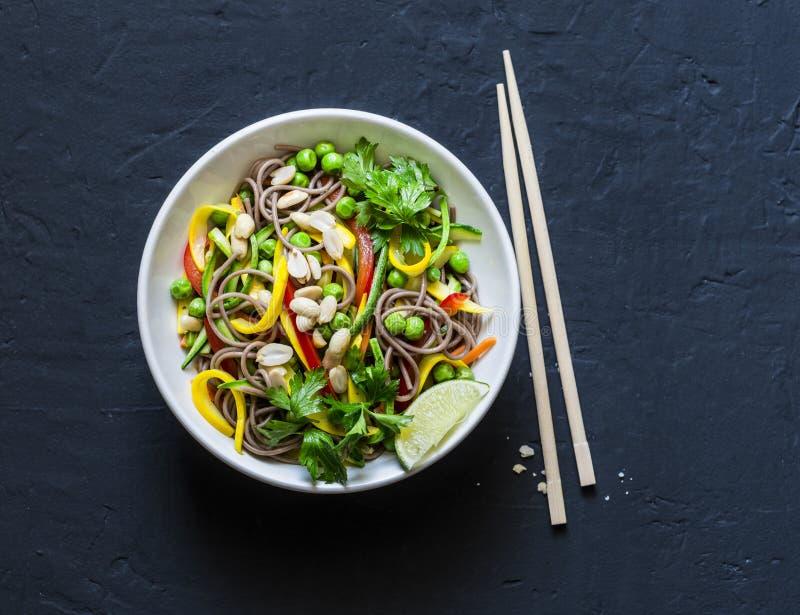 Capitonnez les nouilles thaïlandaises de soba de légumes sur le fond foncé, vue supérieure Nourriture végétarienne saine photographie stock libre de droits