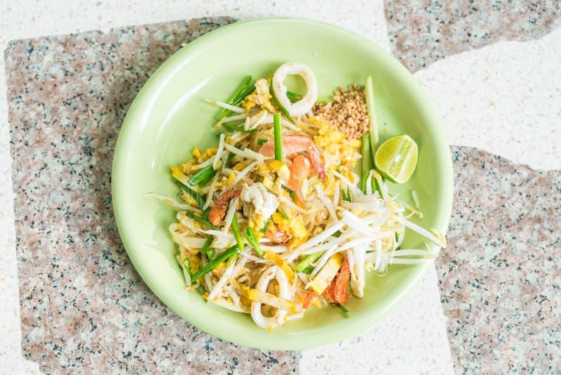 Capitonnez les nouilles thaïlandaises et faites sauter à feu vif dans le style thaïlandais image libre de droits