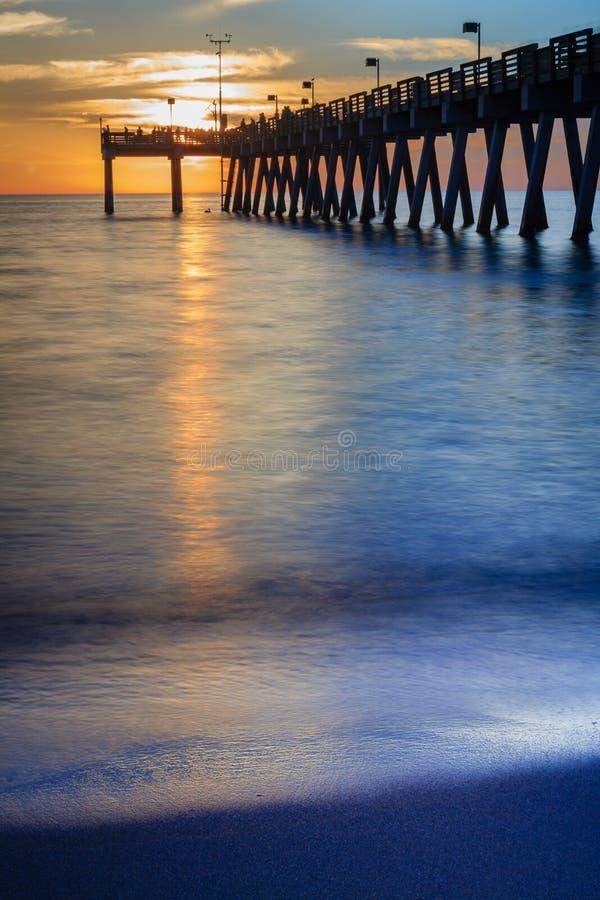 Capitulação vertical do cais de Veneza, Florida, no por do sol fotos de stock