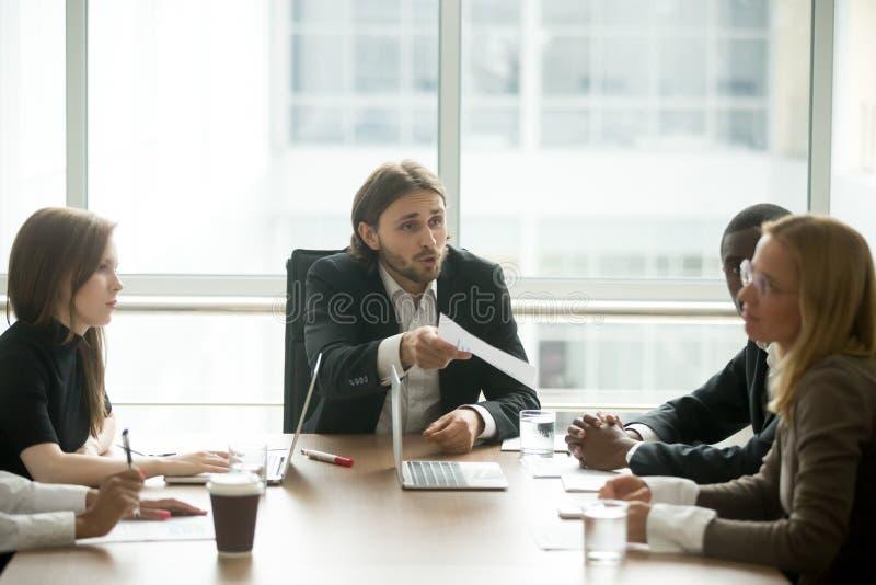 Capo arrabbiato che rimprovera impiegato per il cattivo risultato del lavoro alla riunione fotografia stock libera da diritti