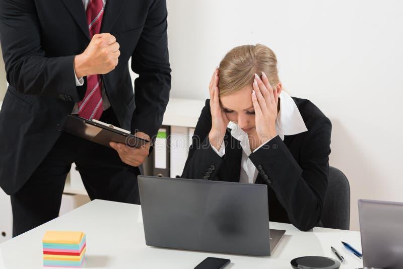 Capo Blaming An Employee per i cattivi risultati immagine stock libera da diritti