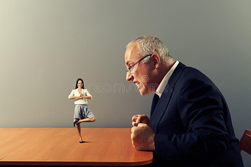 Capo che esamina il lavoratore calmo di smiley di meditazione immagine stock