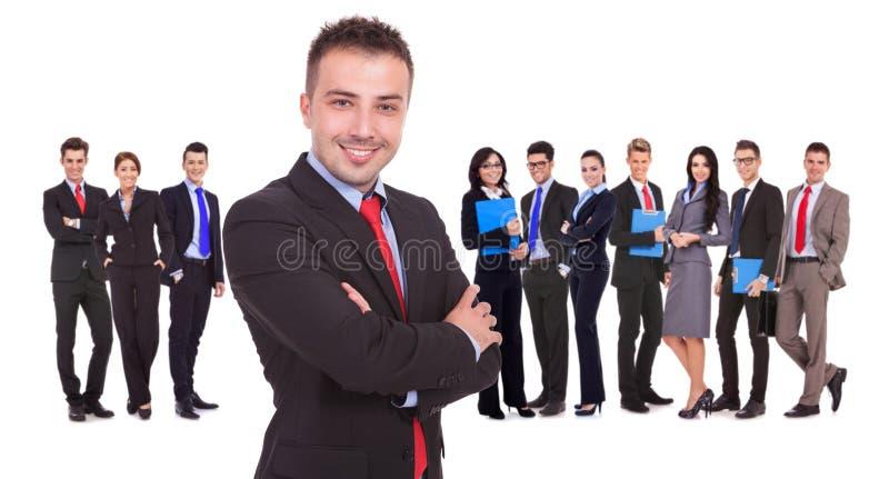 Capo che sta davanti al suo riuscito gruppo di affari fotografia stock libera da diritti