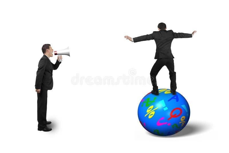 Capo che usando altoparlante che urla all'uomo d'affari che equilibra sulla palla fotografia stock libera da diritti