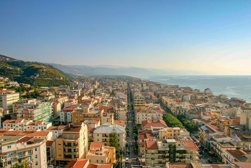 Capo d 'Orlando, Sizilien/Italien - 28. Juni 2005: Eine Ansicht der Stadt und des Meeres lizenzfreie stockbilder