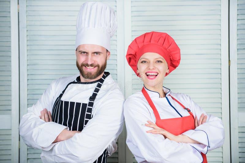 Capo della cucina Ingrediente segreto dalla ricetta Uniforme del cuoco cuoco unico della donna e dell'uomo in ristorante Cottura  fotografie stock