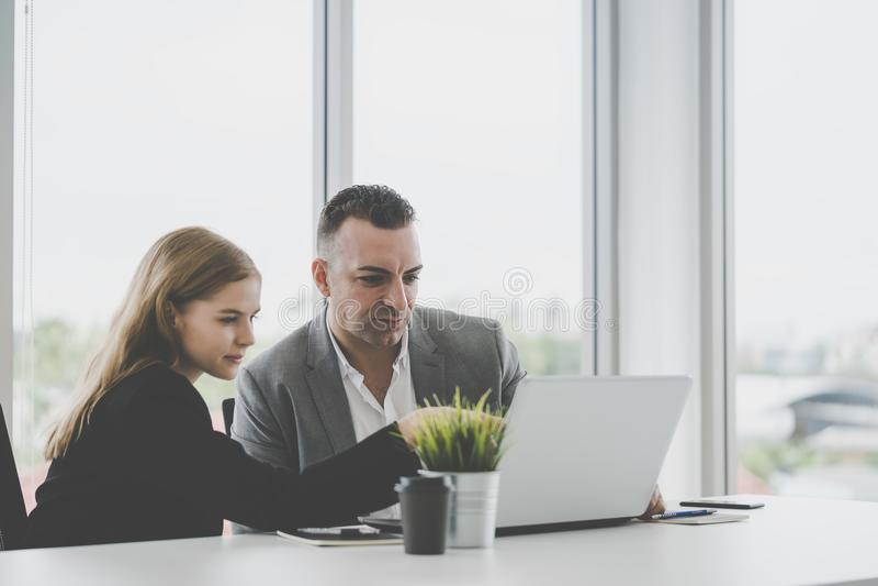 Capo di affari che mostra lo schermo di computer di segretario fotografia stock libera da diritti