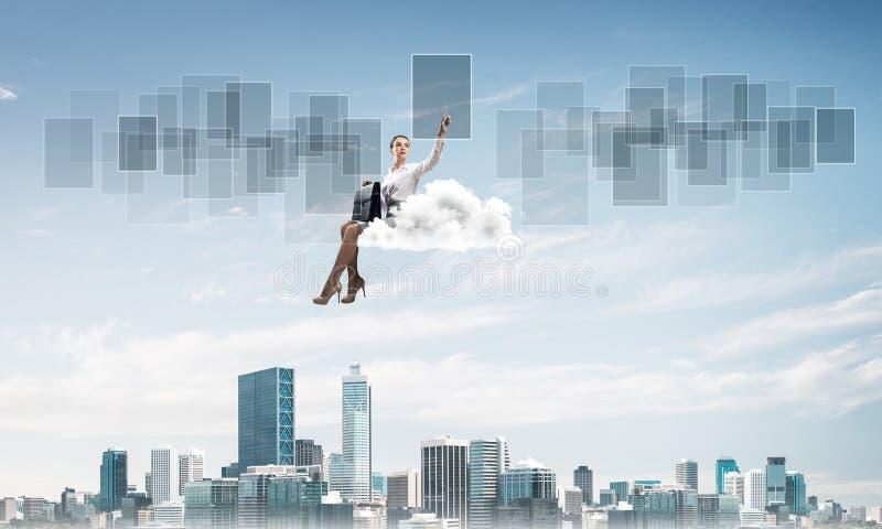 Capo di signora o galleggiante del ragioniere sulla nuvola ed indicare eleganti con il dito fotografie stock