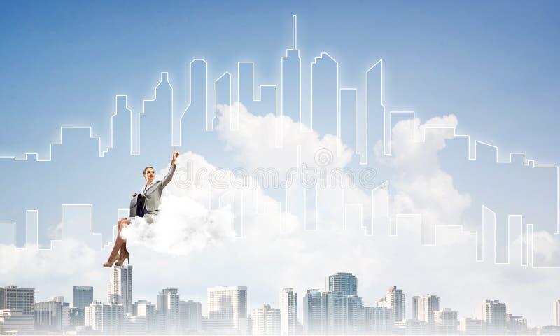 Capo di signora o galleggiante del ragioniere sulla nuvola ed indicare eleganti con il dito fotografia stock libera da diritti