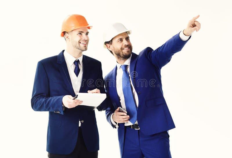 Capo felice che indica qualcosa l'impiegato Uomo d'affari e direttore dei lavori con sorridere ed i fronti allegri luogo immagini stock libere da diritti