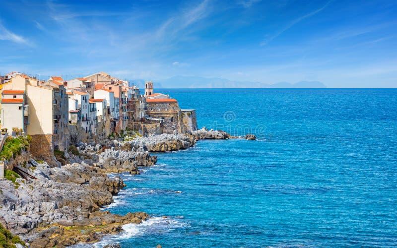Capo Marchiafava di Bastione sulla costa rocciosa di Cefalu, Sicilia, Italia fotografia stock libera da diritti