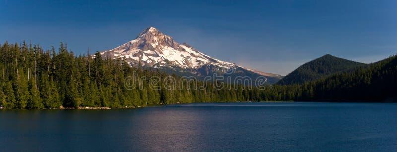 Capo motor y lago perdido, Oregon del montaje foto de archivo