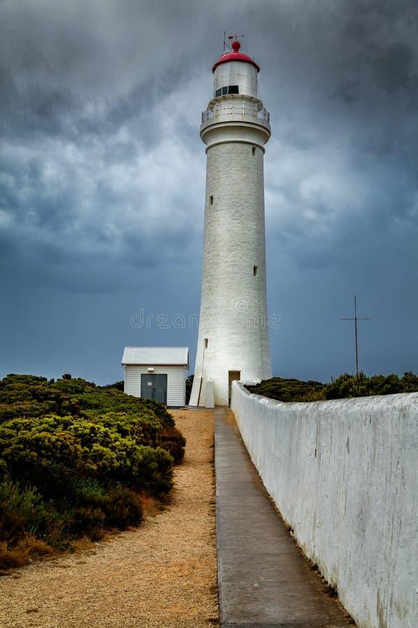 Capo Nelson Lighthouse con la tempesta d'avvicinamento nel primo mattino, grande strada dell'oceano, Victoria, Australia immagine stock