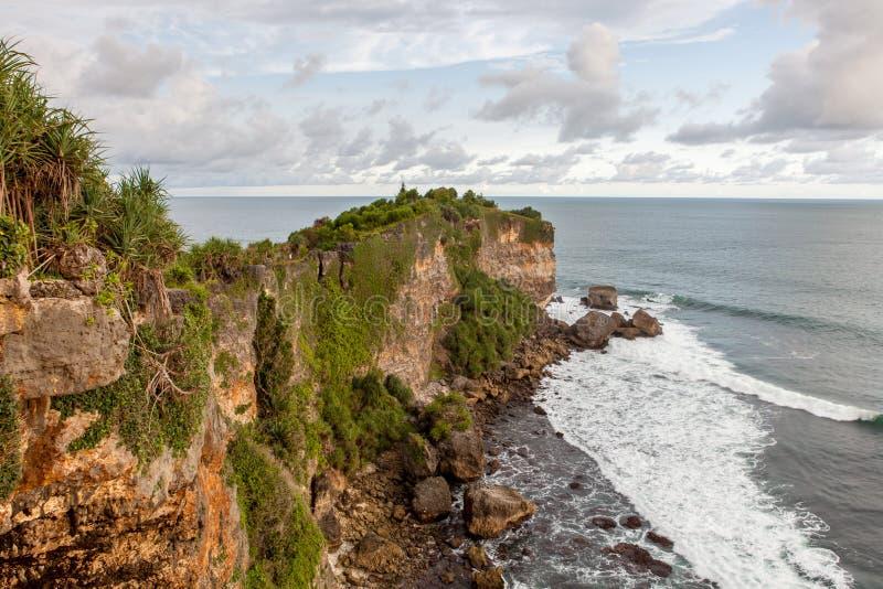 Capo roccioso verde vicino alla spiaggia di barone in Java immagine stock