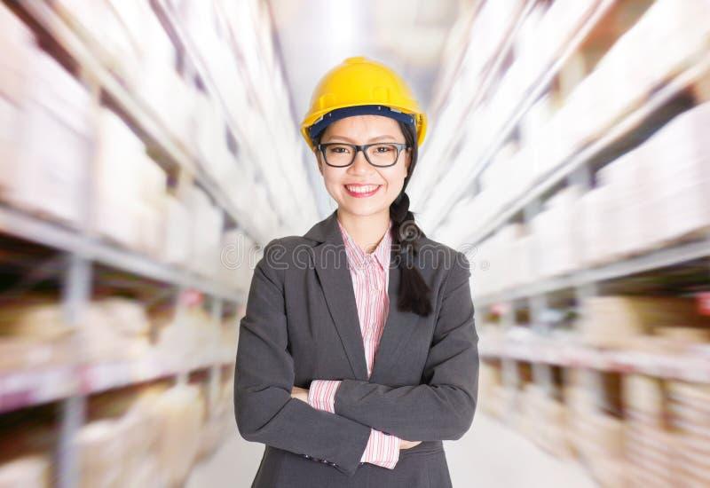 Capo servizio magazzini femminile in magazzino immagini stock libere da diritti