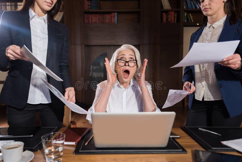 Capo stanco che grida in un ufficio immagini stock libere da diritti