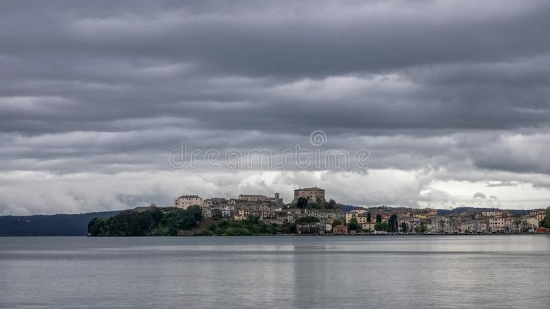 Capodimonte, Italien Sch?ne Landschaft auf dem See von bolsena lizenzfreies stockbild
