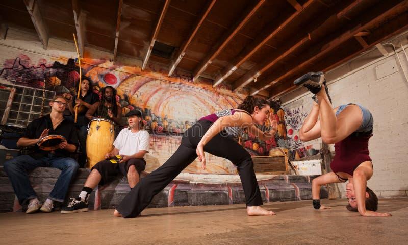 Capoeira战斗机和音乐家 免版税库存照片