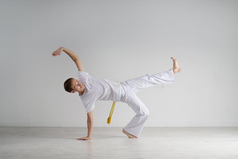 Capoeira άσκησης ατόμων, βραζιλιάνα πολεμική τέχνη στοκ εικόνα