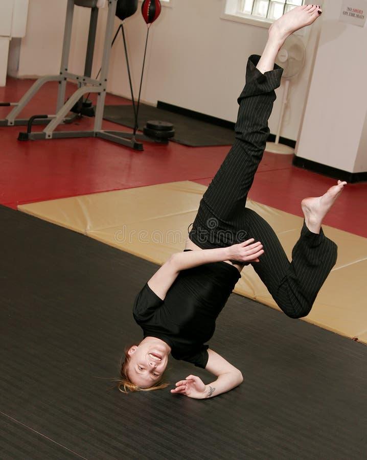 capoeira делая женщину handstand стоковая фотография