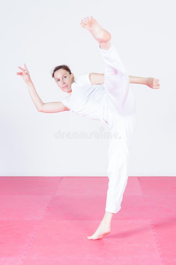Capoeira танцев молодой женщины стоковые изображения