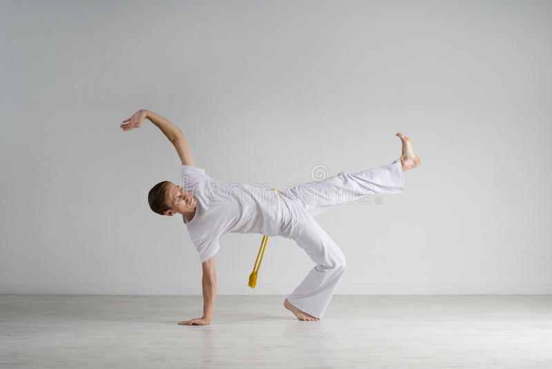 Capoeira de pratique d'homme, art martial brésilien image stock
