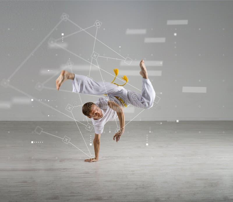 Capoeira practicante del hombre, arte marcial brasileño Diviértase la ciencia, biomecánica, concepto de la tecnología de la infor imágenes de archivo libres de regalías