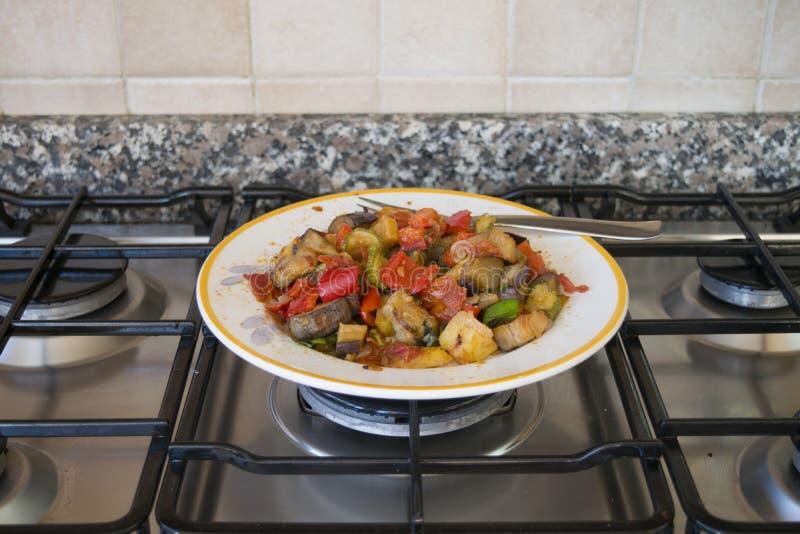 Caponata con las berenjenas, las patatas y los tomates fritos tajados imagen de archivo libre de regalías