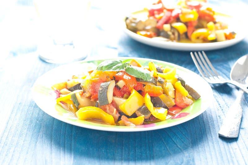Caponata delizioso, piatto italiano tipico con melanzana, zucch fotografia stock